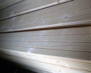 Moderný domov s jednoduchým dreveným obkladom je stále trendy
