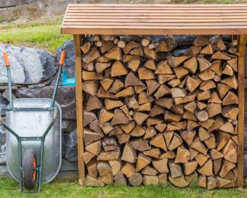 Palivové drevo musí poriadne vyschnúť: Stačí obyčajný prístrešok na drevo